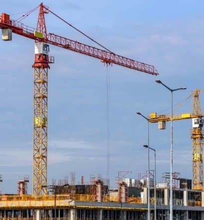 Infrastrucktur Projekte im Kosovo - Kran und Baustelle